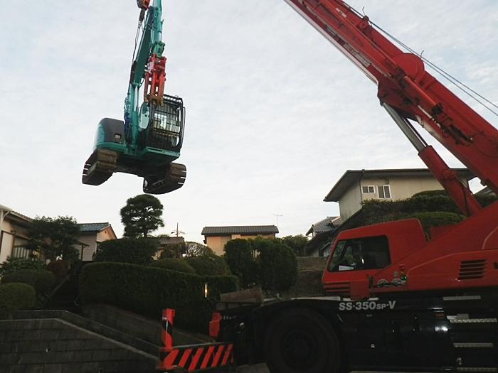 解体工事で重機吊り上げ、超大型クレーン車