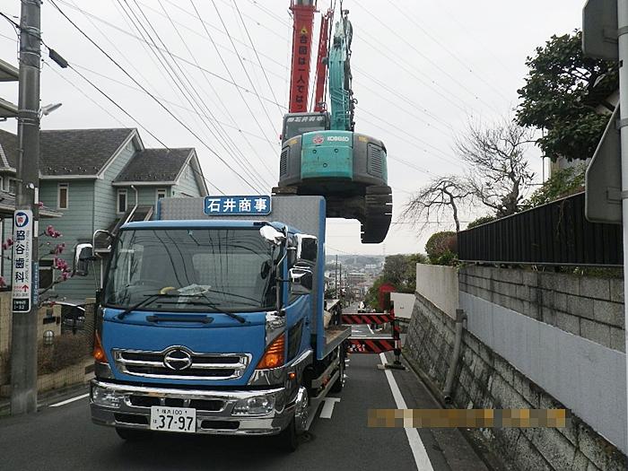解体工事で重機の吊り上げ状況