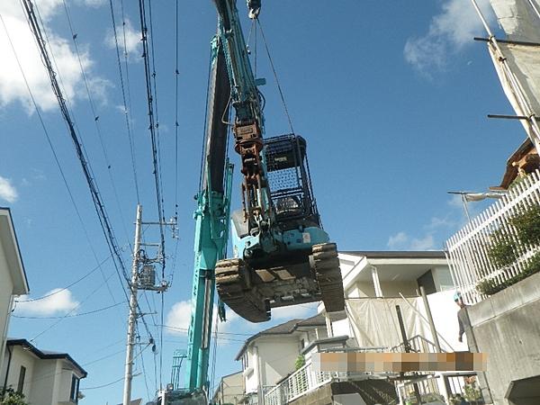解体工事で重機吊り上げ作業