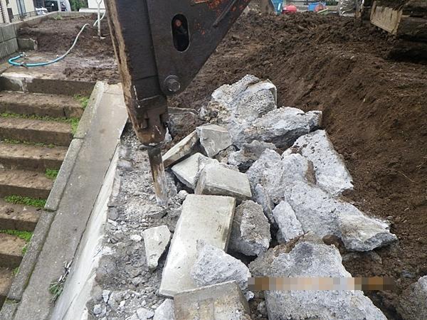 油圧ブレーカーによる間知石積み擁壁解体工事