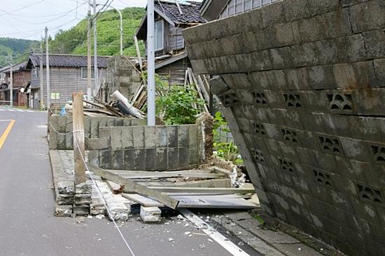 高く積まれたブロック塀