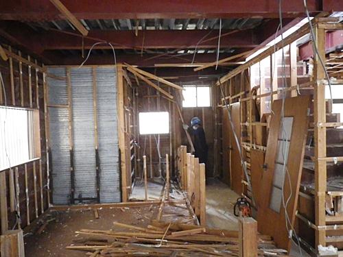 解体工事 内装下地木材の撤去状況
