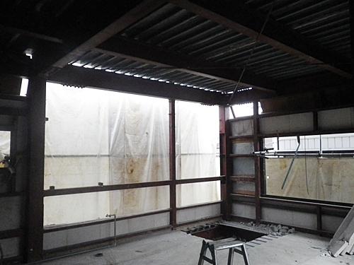 解体工事 内装材をすべて撤去しました。