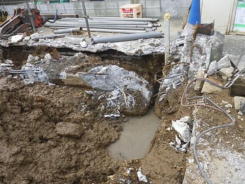重量鉄骨造の基礎解体状況 水が沸いてきました。