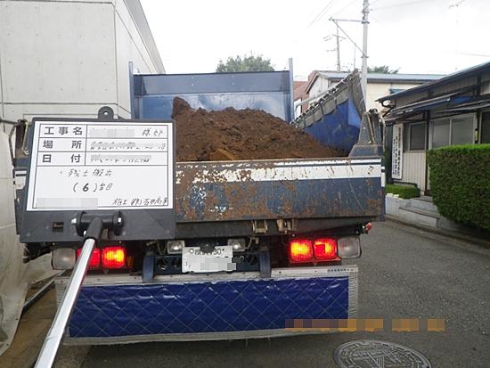 解体工事に伴い残土の搬出状況
