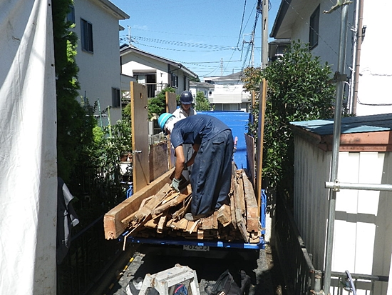 解体木材積み込み作業