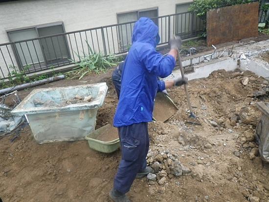 基礎解体時の熊手作業