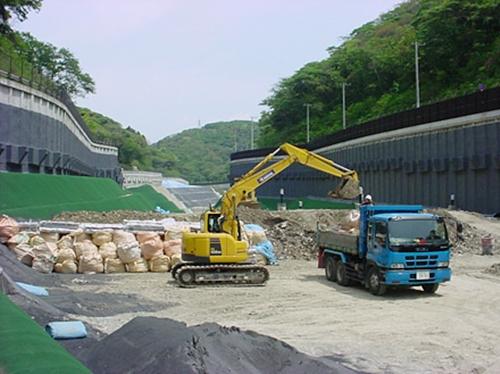 解体工事から発生する廃棄物を最終処分場へ運搬