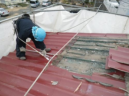 解体工事の屋根材取り外し