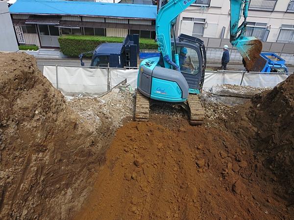 解体工事と平行して残土掘削工事