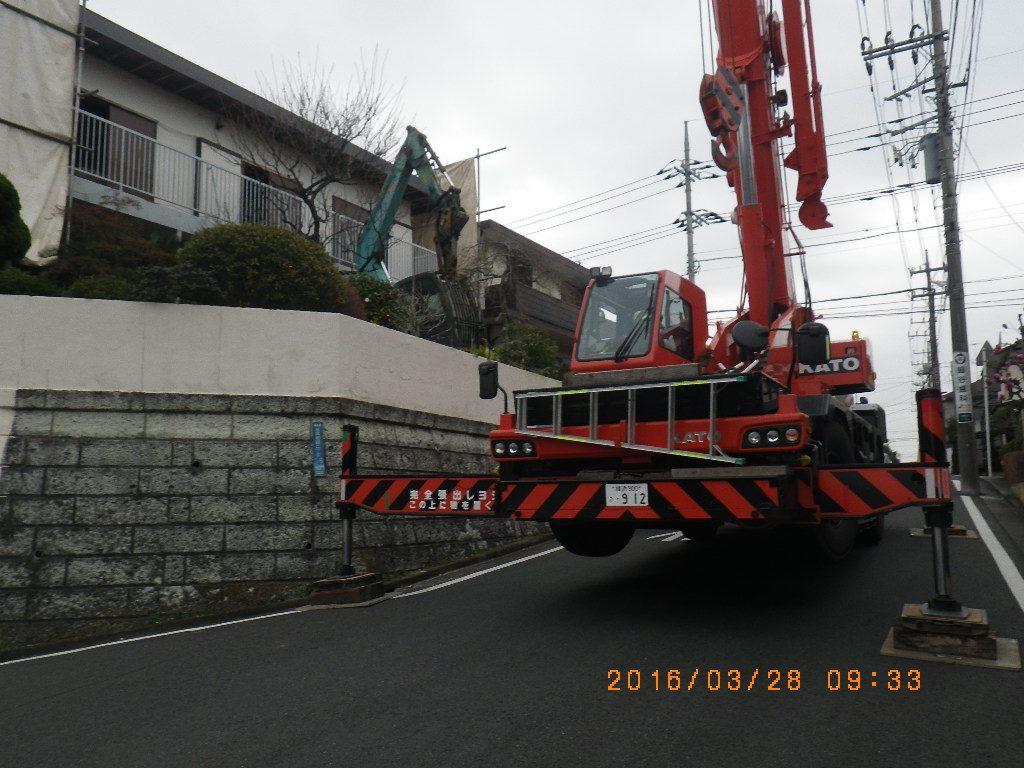 解体工事の重機吊り上げ完了