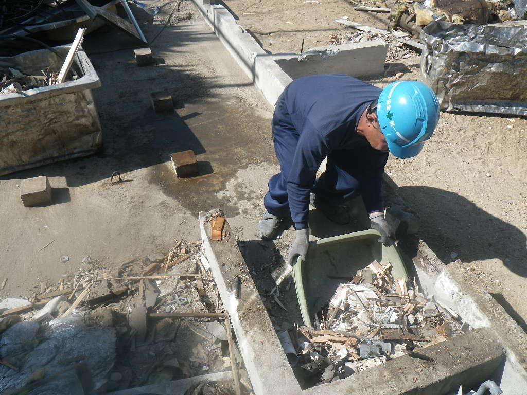 解体ゴミの撤去作業