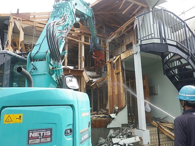 建屋解体中、散水状況